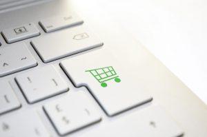 Un chariot de courses dessiné sur une touche de clavier d'ordinateur