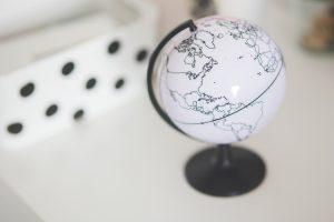 Un globe du monde en noir et blanc posé sur un bureau